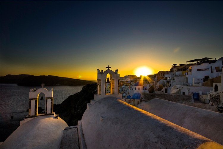 night picture in the amazing oia